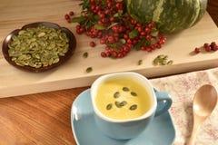 在一个蓝色碗的南瓜汤 免版税库存照片