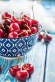 在一个蓝色碗的新鲜的樱桃 图库摄影
