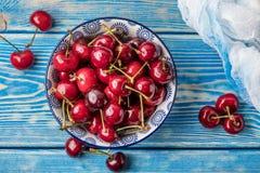 在一个蓝色碗的新鲜的樱桃 免版税库存照片