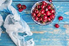 在一个蓝色碗的新鲜的樱桃 库存照片