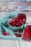 在一个蓝色碗的新鲜的蔓越桔 牛痘macr成熟莓果  图库摄影