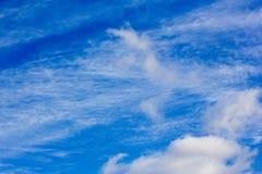 在一个蓝色秋天天空特写镜头的美丽的白色云彩 免版税库存照片