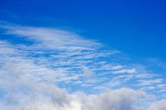 在一个蓝色秋天天空特写镜头的美丽的白色云彩 免版税图库摄影
