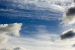 在一个蓝色秋天天空特写镜头的美丽的白色云彩 库存图片