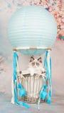 在一个蓝色空气球的逗人喜爱的蓝眼睛的ragdoll小猫在浪漫背景 免版税图库摄影