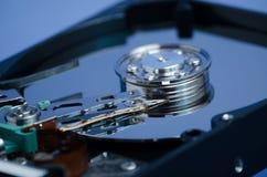 在一个蓝色背景的硬盘驱动器特写镜头 免版税图库摄影