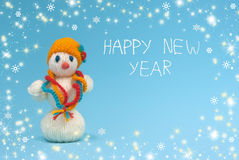 在一个蓝色背景的雪人 新年好 免版税库存图片