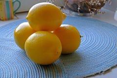 在一个蓝色背景风景的新柠檬束 图库摄影