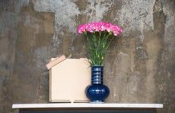 在一个蓝色花瓶的桃红色康乃馨 图库摄影