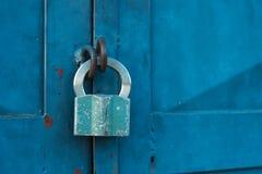在一个蓝色门的挂锁 库存图片