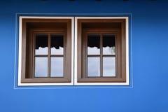 在一个蓝色门面的Windows 免版税库存图片