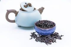 在一个蓝色陶瓷碗的中国人Oolong深红茶武夷Rou gui 库存照片