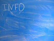 在一个蓝色,相对地肮脏的黑板写的简称信息由白垩 位于在图象制造的左上角 库存图片