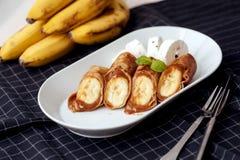 在一个薄煎饼包裹的焦糖香蕉用调味汁 免版税库存照片