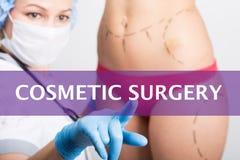 在一个虚屏写的整容外科 在医学概念的互联网技术 医生按一个手指 库存图片