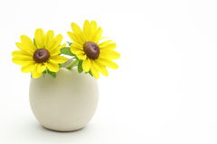 在一个蛋形花瓶的黄金菊 免版税库存照片