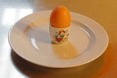 在一个蛋杯的一个鸡蛋在板材,理想的早餐 库存照片