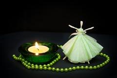 在一个蜡烛的火焰的精美女孩跳舞 免版税库存照片