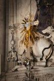 在一个蠕动的老教会里面 免版税库存照片