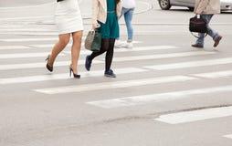 在一个行人交叉路特写镜头的妇女的腿 免版税库存照片