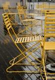 在一个街道咖啡馆的黄色室外椅子在绸缎商街道,西雅图上 库存照片