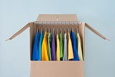 在一个衣橱配件箱的明亮的衣物容易移动的 免版税图库摄影