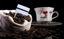 在一个袋子的博茨瓦纳旗子用在黑色隔绝的咖啡豆 库存图片
