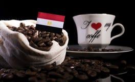 在一个袋子的埃及旗子用在黑色隔绝的咖啡豆 库存照片