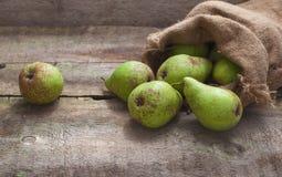 在一个袋子的成熟梨在木背景 免版税库存照片