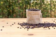 在一个袋子的烤咖啡豆有bokeh背景 免版税库存照片