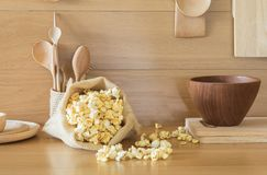在一个袋子的玉米花在厨房里 免版税库存照片