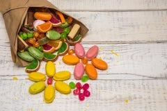 在一个袋子的被分类的糖果在背景中,儿童` s甜点 图库摄影