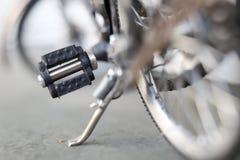 在一个被存放的位置的微型自行车 免版税库存照片