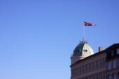 在一个被开化的大厦的丹麦旗子 库存照片