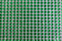 在一个被排行的样式的透亮和发光的绿色小点 免版税库存照片