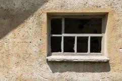在一个被放弃的养鸡场的墙壁上的残破的窗口 库存照片