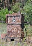 在一个被放弃的加油站的生锈的加油泵 免版税库存照片
