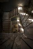 在一个被放弃的大厦的具体台阶 库存照片