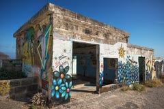 在一个被放弃的大厦的墙壁上的被绘的街道画 库存照片