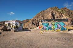 在一个被放弃的大厦的墙壁上的被绘的街道画 免版税库存照片
