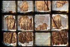 在一个被放弃的大厦的残破的大块玻璃窗口 免版税库存图片