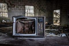 在一个被放弃的大厦的残破的电视 免版税图库摄影