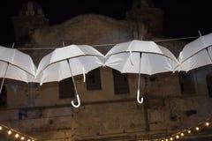 在一个被放弃的大厦的背景的白色伞 老墙壁 空白的伞 背景 库存照片