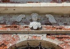 在一个被放弃的寺庙的砖墙上的装饰天使 库存照片