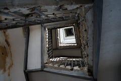 在一个被放弃的房子的台阶的老栏杆 免版税库存图片