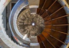 在一个被放弃的旅馆摘要的螺旋形楼梯 库存照片