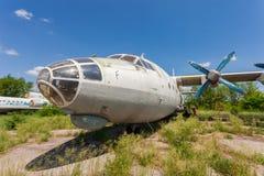 在一个被放弃的机场的老俄国航空器安-12 库存照片