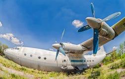 在一个被放弃的机场的老俄国航空器安-12 库存图片