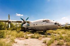 在一个被放弃的机场翼果的, Ru的涡轮螺旋桨发动机航空器安-12 库存照片