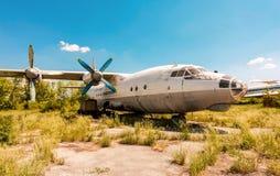 在一个被放弃的机场翼果的, Ru的涡轮螺旋桨发动机航空器安-12 免版税库存图片